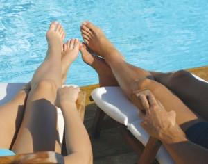 Kojų ir pėdų įvyniojimas aromatiniu juoduoju purvu klinikoje SUGIHARA