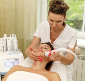 """Naujos, inovatyvios veido kosmetologinės procedūros su """"Noon Triple MCH"""" aparatu bei """"Noon Aesthetics"""" kosmetika sprendžia daugybę odos problemų:  ▪️Mažina įvairių tipų raukšles ▪️Sumažina arba visiškai panaikina hiperpigmentines dėmes ▪️Išsprendžia bėrimo problemas ▪️Apsaugo odą nuo saulės žalos ▪️Slopina suaktyvėjusią seborėją ▪️Atstato odos elastingumą  """"Noon Aesthetics"""" procedūros ir naudojamos kosmetikos priemonės padeda pasiekti efektyviausių rezultatų be šalutinių efektų, tokių, kaip odos sudirgimas, deginimo jausmas, paraudimai.  Daugiau informacijos ir registracijos procedūroms: ☎️+37069853901  ???? info@sugihara.lt  . . . . #sugiharaklinika #grozioklinika #groziosalonas #spa #dermatologija #kosmetologija #plastinechirurgija #kosmetikainternetu #kosmetika #lithuania #aestheticclinic #beautyclinic #cosmetic #dermatology #skin #skincare #beauty #cosmeticshop #veidoprocedūros #noonkosmetika #noonskincare #rugstinesproceduros #rugstinesveidopriemones"""